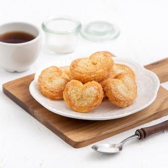 Deliziosi biscotti di pasta sfoglia a forma di cuore a farfalla