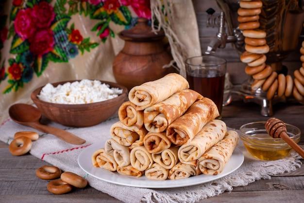 Deliziose frittelle. frittelle sottili. bliny russo. maslenitsa
