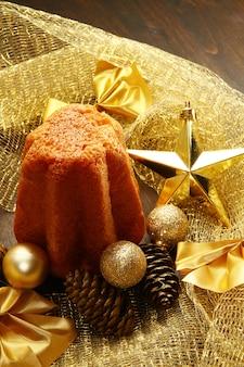 Pandoro delizioso con decorazioni natalizie