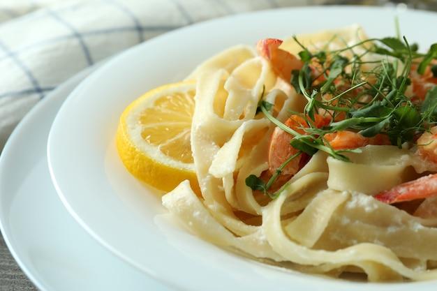 Deliziosa pasta con gustosi gamberi, primo piano