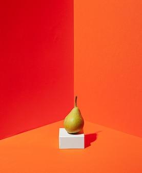 Deliziosa pera con sfondo arancione