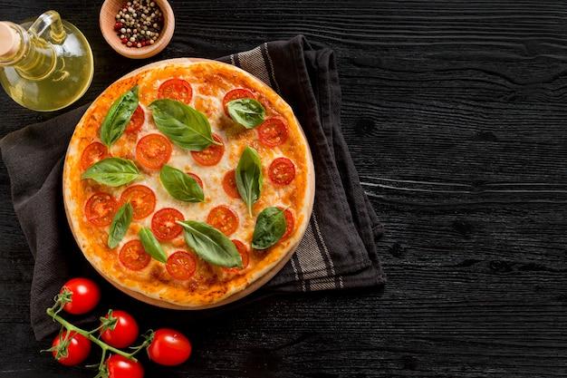 Delizioso concetto di pizza con copia spazio