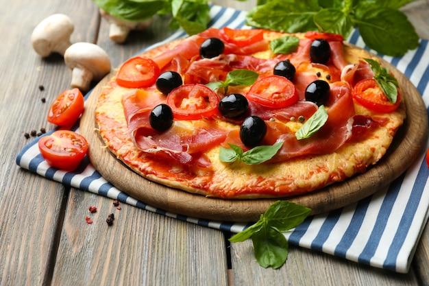 Deliziosa pizza servita sulla tavola di legno