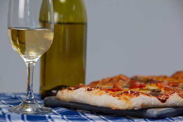 Deliziosa pizza con un bicchiere di vino