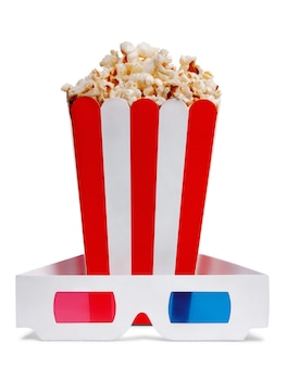 Deliziosi popcorn in carta decorativa popcorn secchio e occhiali 3d isolati su sfondo bianco.