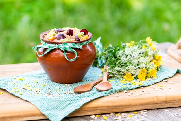 Delizioso porridge con frutta per colazione.
