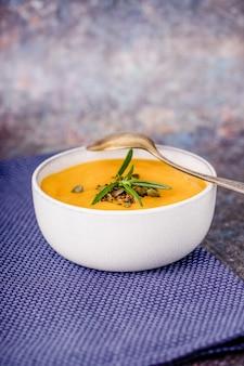 Deliziosa purea di zuppa di zucca al rosmarino