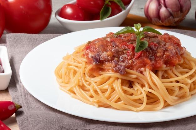 Deliziosi spaghetti alla putanesca si chiudono.