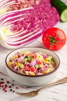 Deliziosa insalata di cavolo rosso di pechino