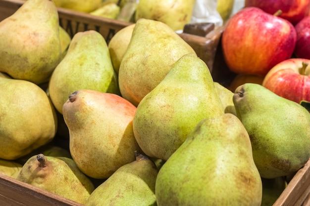 Deliziosa pera matura nella casella nel mercato degli agricoltori.