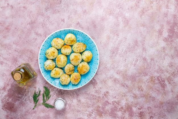 Giovani patate arrostite deliziose con aneto, vista superiore