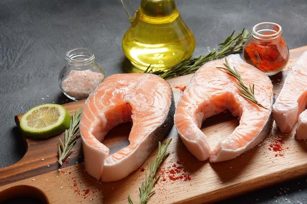 Deliziose bistecche di salmone al limone, erbe aromatiche e spezie