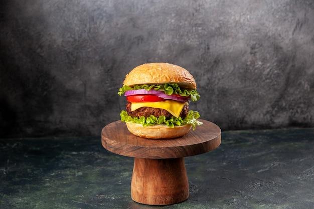 Delizioso panino su tagliere di legno su superficie di colore misto scuro con spazio libero