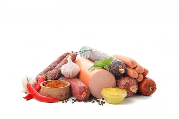 Salsiccie deliziose e spezie isolate su bianco