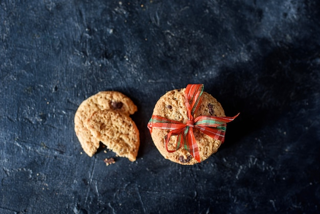 Deliziosi biscotti di pasta frolla con pezzi di cioccolato, con un bel nastro. vista dall'alto