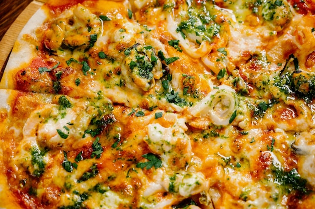 Deliziosa pizza di gamberetti sulla tavola di legno