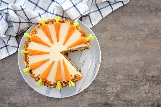 Deliziosa torta di carote a fette sul tavolo