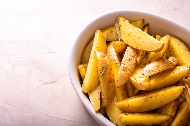 Deliziose fette di patate al forno con rosmarino e olio