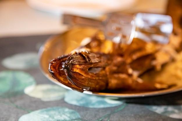 Delizioso pesce affumicato su un piatto. primo piano, messa a fuoco selettiva, sfondo sfocato. cena al ristorante
