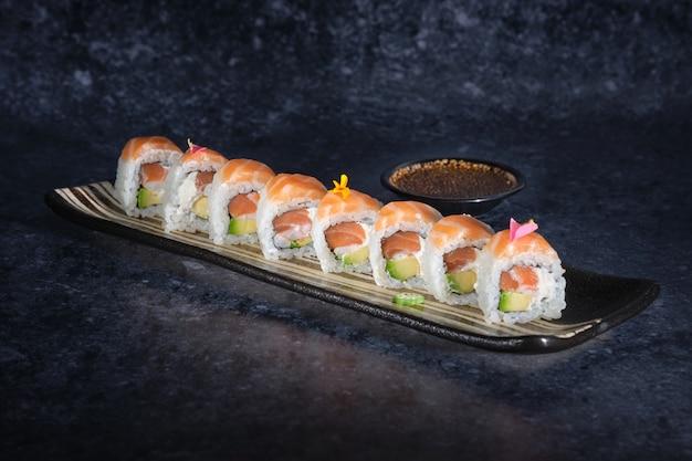 Deliziose torte di sushi con salmone avocado e formaggio