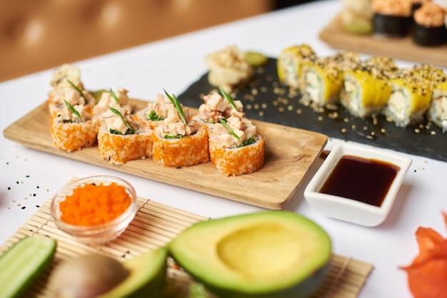 Delizioso sushi roll a base di riso, frutti di mare e caviale.