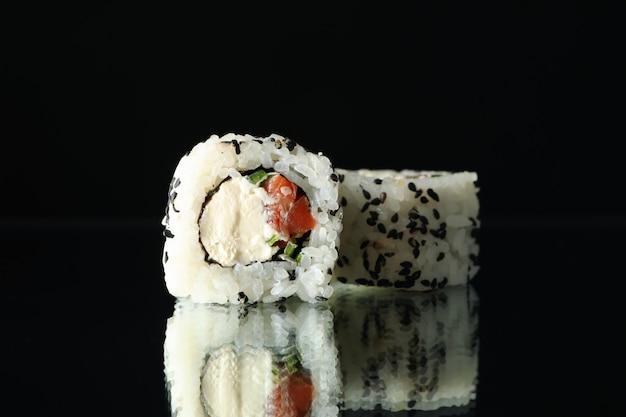 Rotoli di sushi deliziosi sullo specchio nero. cibo giapponese