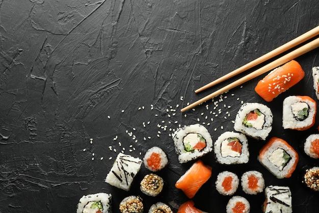 Rotoli di sushi deliziosi su superficie nera. cibo giapponese