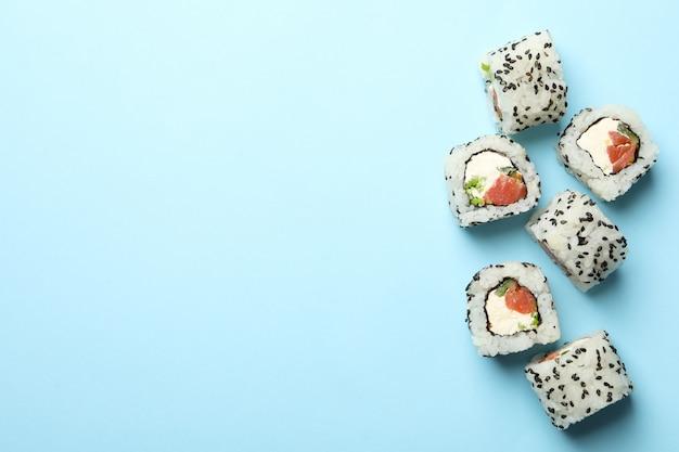 Rotoli di sushi deliziosi su superficie blu. cibo giapponese