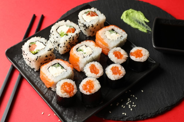 Rotoli di sushi deliziosi su superficie rossa. cibo giapponese