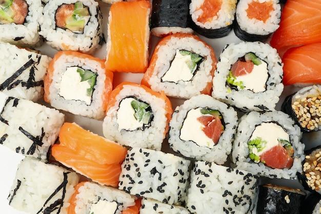 Superficie di deliziosi involtini di sushi. cibo giapponese