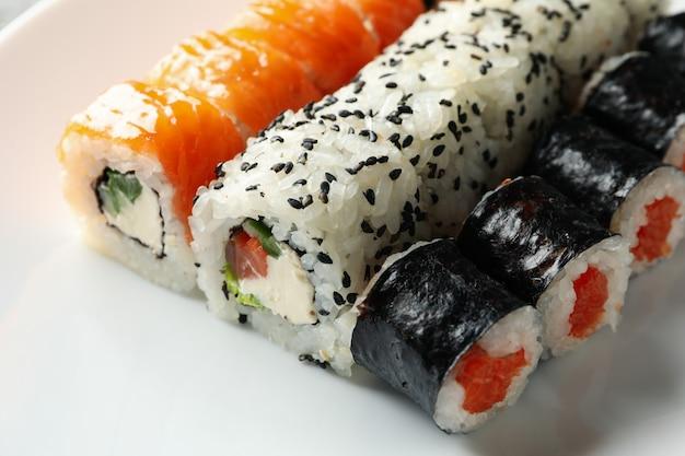 Rotoli di sushi deliziosi sulla superficie bianca della ciotola. cibo giapponese
