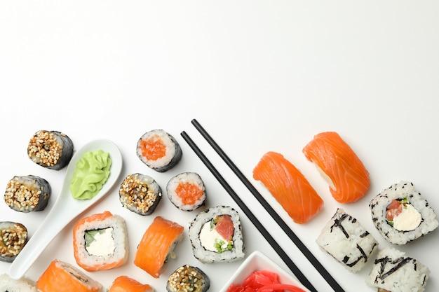 Rotoli di sushi deliziosi su superficie bianca. cibo giapponese