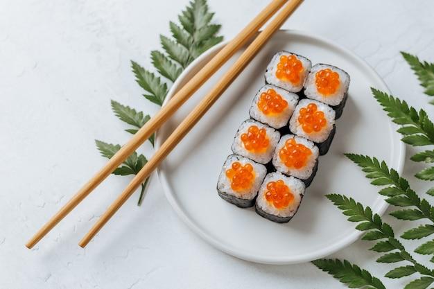 Deliziosi involtini di sushi con crema di formaggio e caviale rosso