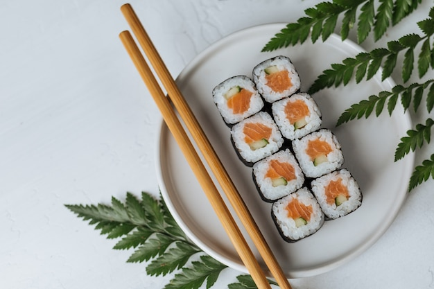 Deliziosi involtini di sushi con salmone