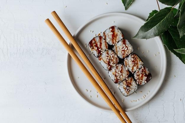 Deliziosi involtini di sushi con tonno e salsa barbecue