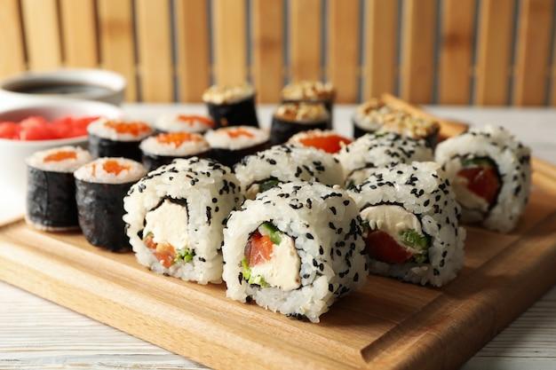 Rotoli di sushi deliziosi su superficie di legno. cibo giapponese