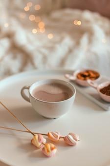 Deliziosa bevanda aromatica dolce al cacao o cioccolata calda con marshmallow