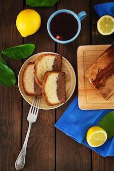 Deliziosa torta dolce di pane con limoni sulla tavola di legno, vista dall'alto