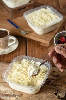 Delizioso dessert dolce che ha gli ingredienti base del latte di pane bianco e latte di cocco