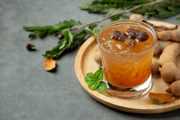 Delizioso succo di tamarindo bevanda dolce sulla superficie grigia
