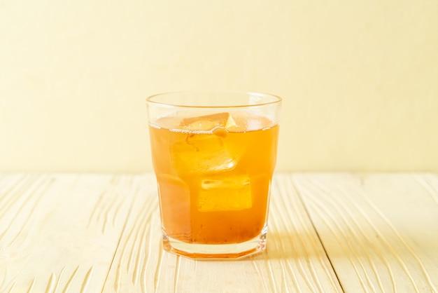 Deliziosa bevanda dolce succo di tamarindo e cubetto di ghiaccio - stile di bevanda sana