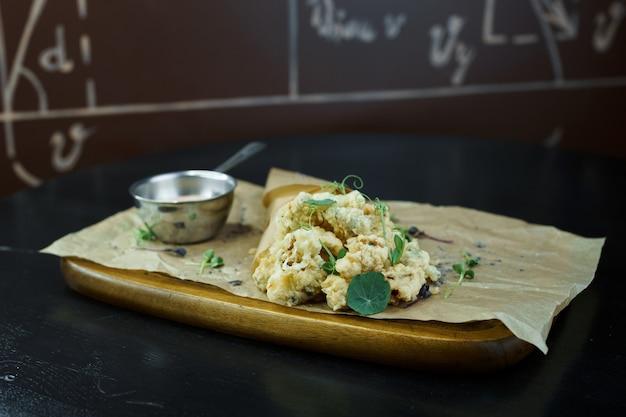 Delizioso cibo sano dietetico gustoso avvolto in carta su una tavola di legno in un ristorante. dieta. porzione insolita originale di cibo