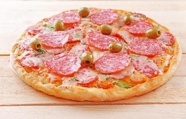 Pizza deliziosa e gustosa sul tavolo?