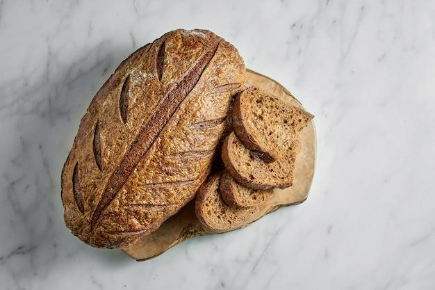 Delizioso e gustoso pane di segale a bordo su marmo