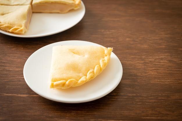 Deliziose torte di palma toddy su piatto bianco