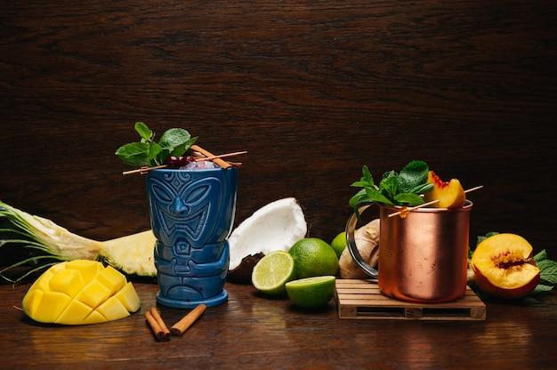 Deliziosi cocktail alcolici tropicali rinfrescante bevanda fredda tiki e bevanda in tazza di ferro