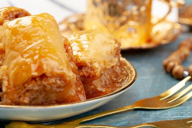 Di delizioso baklava turco servito su un piatto