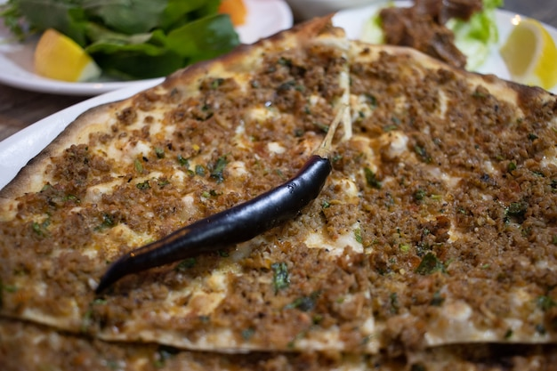 Deliziosa pizza turca lahmacun. questo lahmacun è gustoso e delizioso