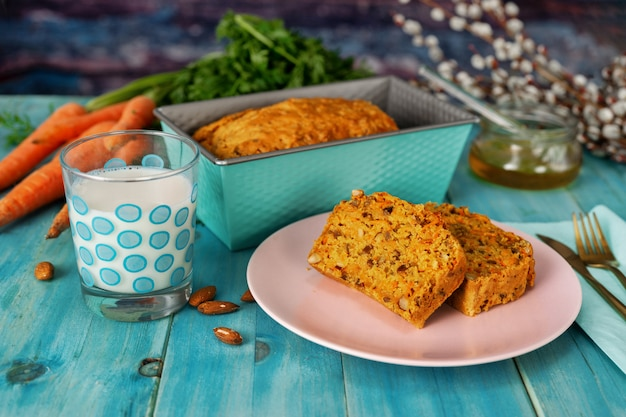 Il dolce alle carote delizioso del vegano su acqua menthe il fondo blu
