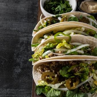 Disposizione di tacos vegetariani deliziosi